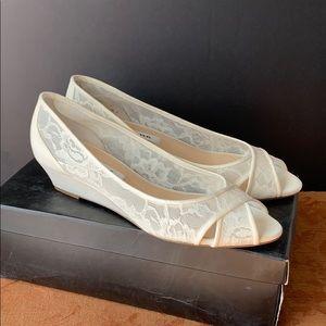 Nina Rigby Ivory Lace Wedge size 8 M